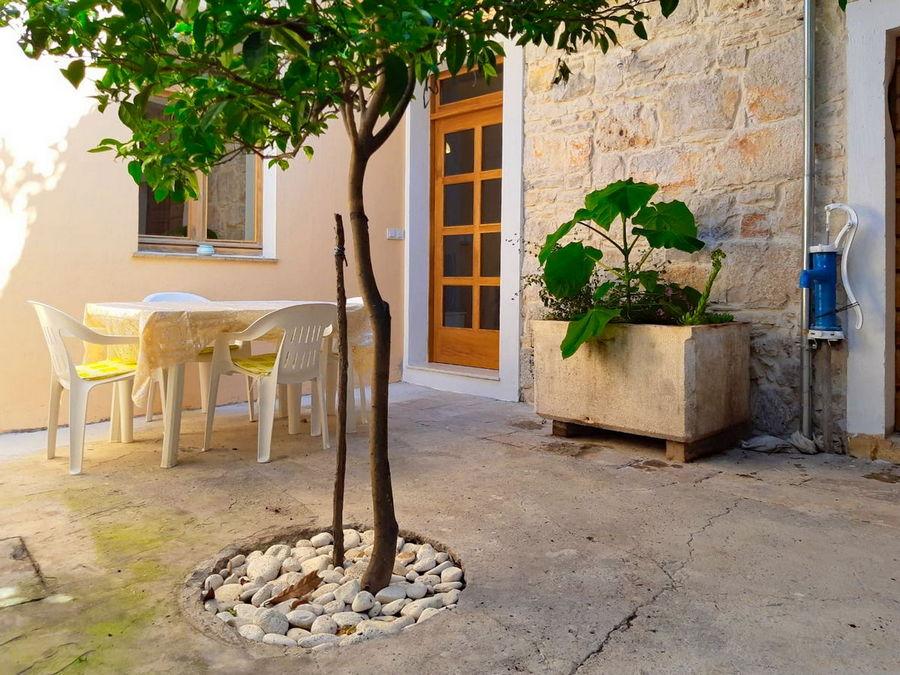 silva-apartment-vela-luka-courtyard-03
