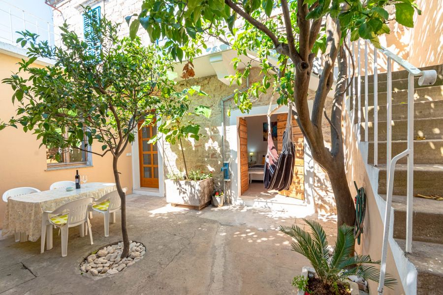 silva-apartment-vela-luka-courtyard-08-2020-pic-01