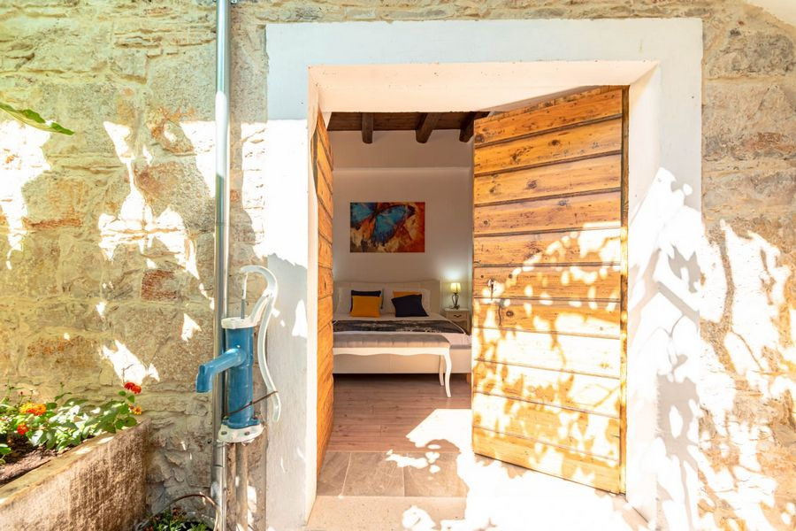 silva-apartment-vela-luka-courtyard-08-2020-pic-09